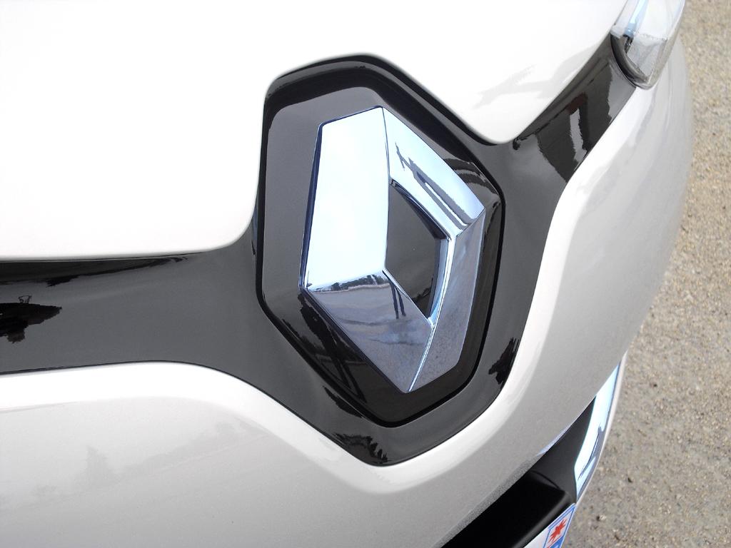 Renault Zoe: Hinter dem Markenrhombus vorn verbirgt sich der Ladeanschluss.