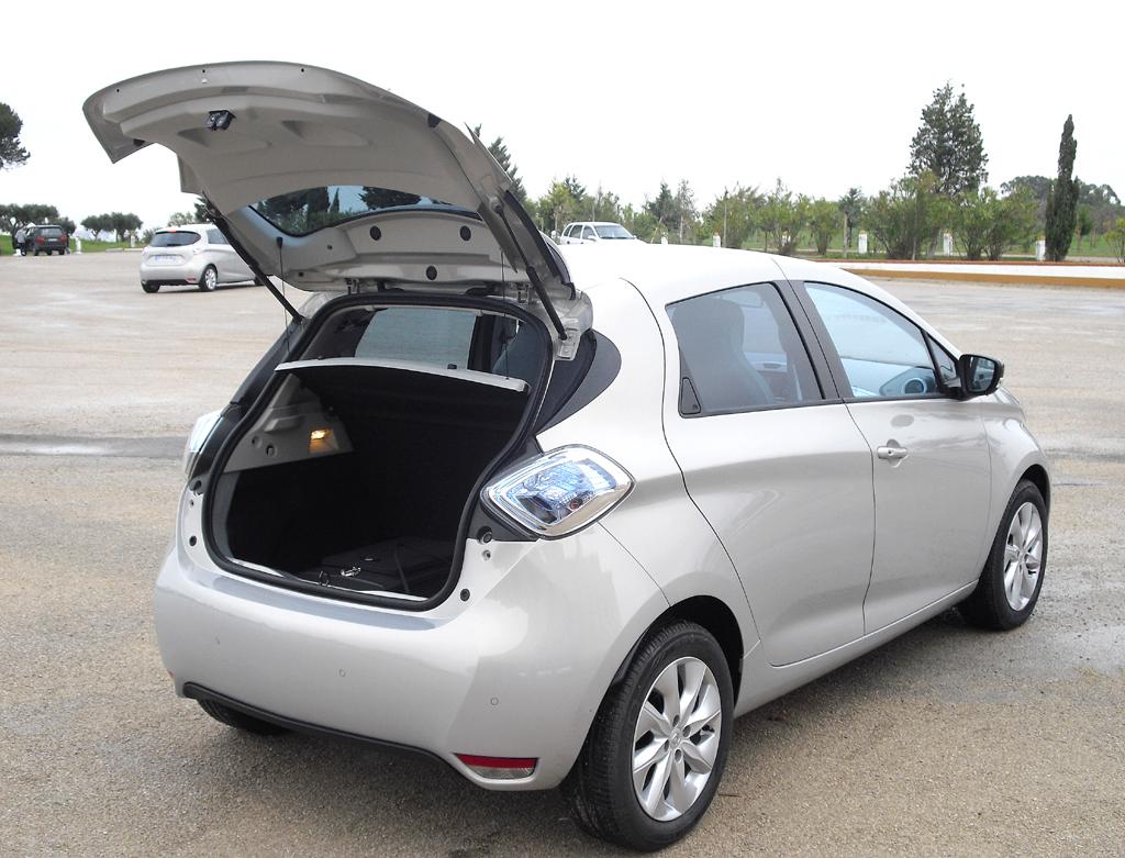 Renault Zoe: Ins Gepäckabteil passen noch 338 bis 1225 Liter hinein.