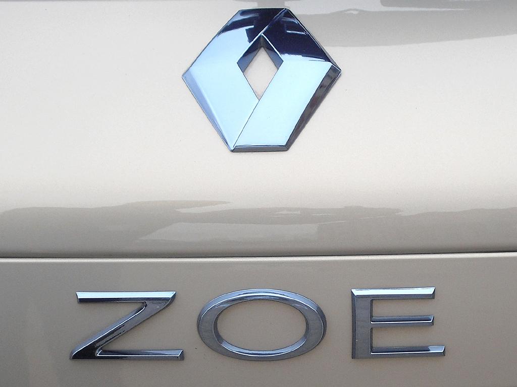 Renault Zoe: Markenlogo und Modellschriftzug auf der Heckklappe.