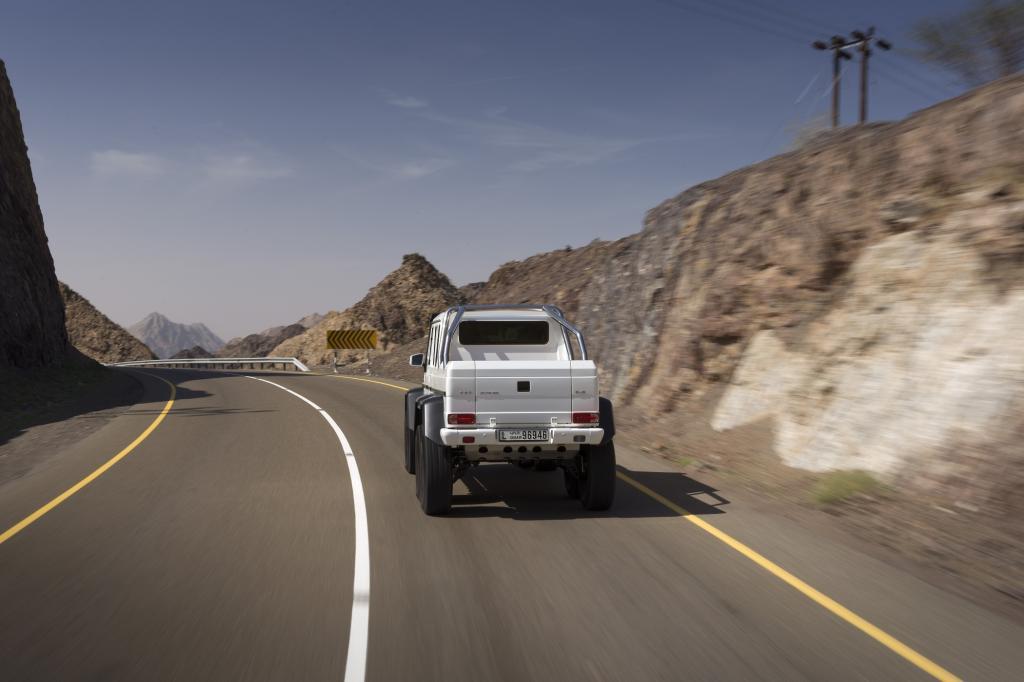 Wo die Militärs mit einem schmächtigen Diesel Vorlieb nehmen müssen, rollt Testfahrer Fischer standesgemäß mit dem V8-Motor aus