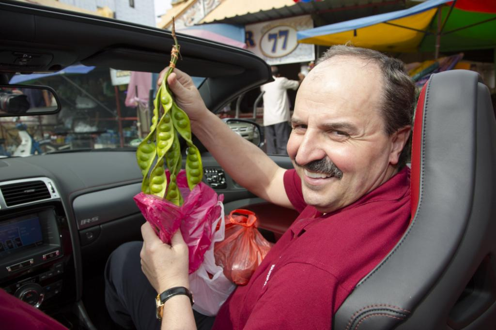 Adrenalin trifft Aroma: Johann Lafer mit Einkaufswagen auf dem malaysischen Markt