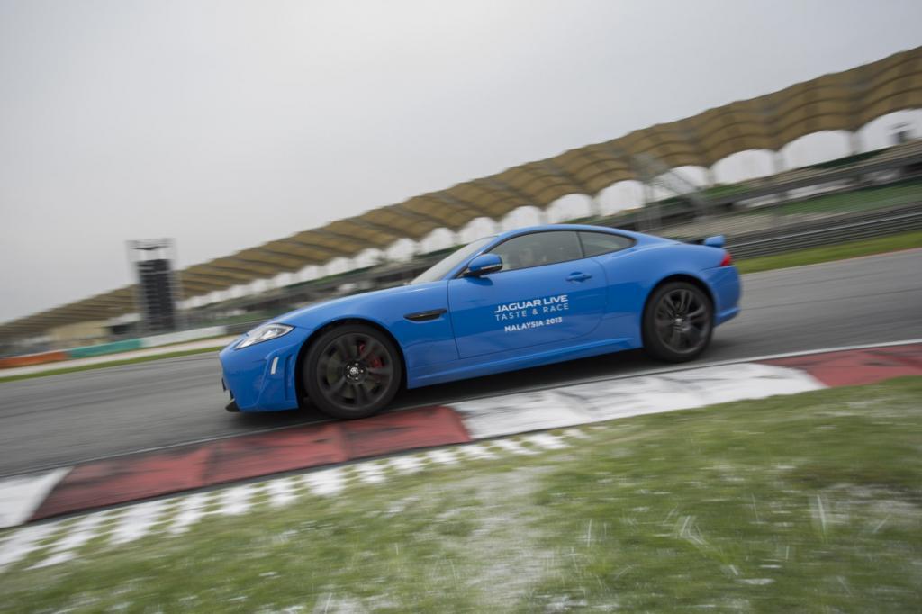 Adrenalin trifft Aroma: Mit dem Jaguar XKR-S Coupe auf der Formel1-Strecke von Sepang in Malaysia