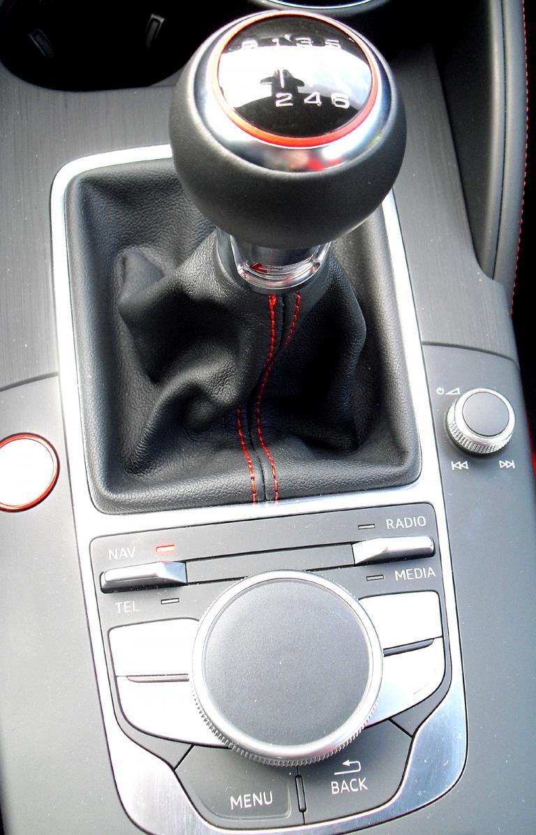Audi S3: Blick auf die Bedienheit mit Schalthebel und Controller.
