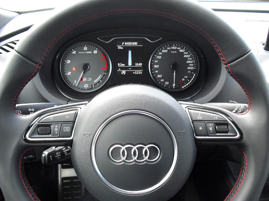 Audi S3: Blick durch den Lenkradkranz auf die Rundinstrumentierung.