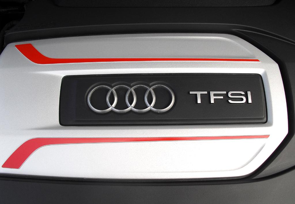 Audi S3: Blick unter die Haube auf die Abdeckung des Vierzylinder-Turbos mit 221/300 kW/PS.
