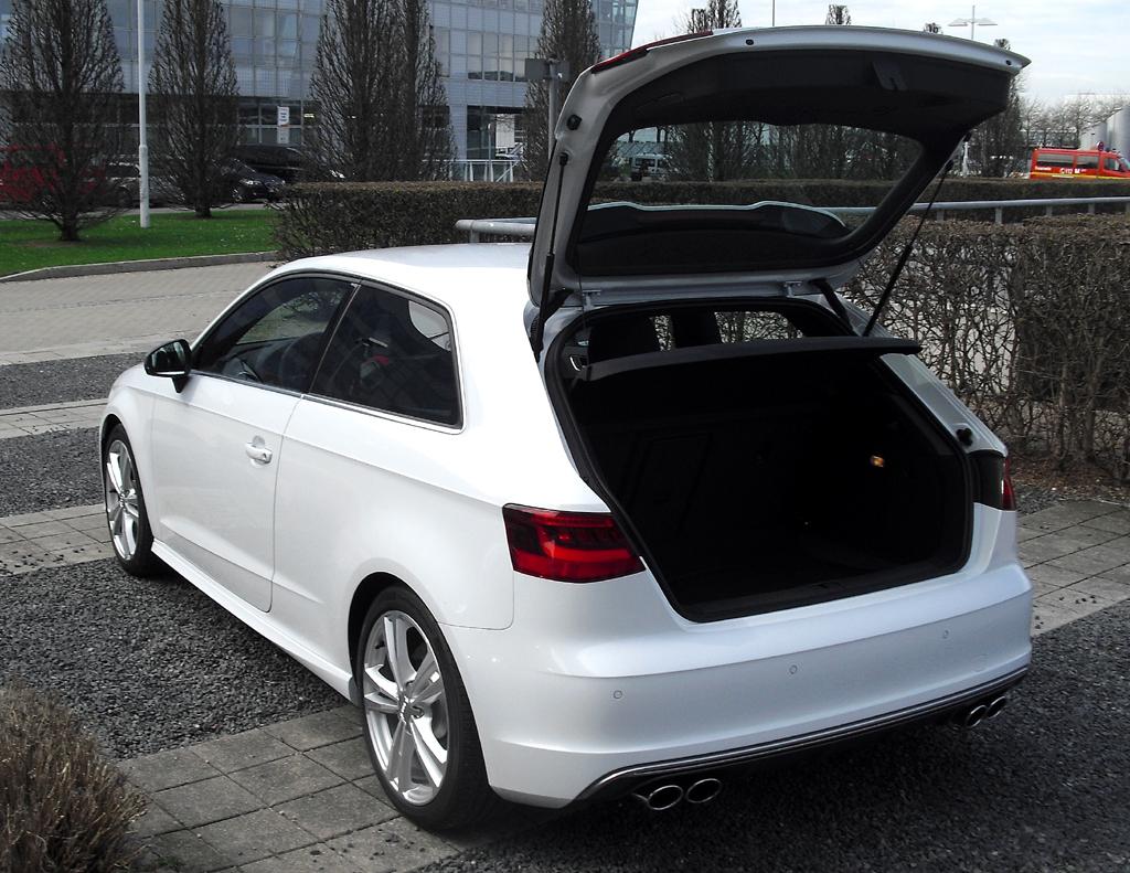 Audi S3: Ins Gepäckabteil passen 425 Liter hinein.