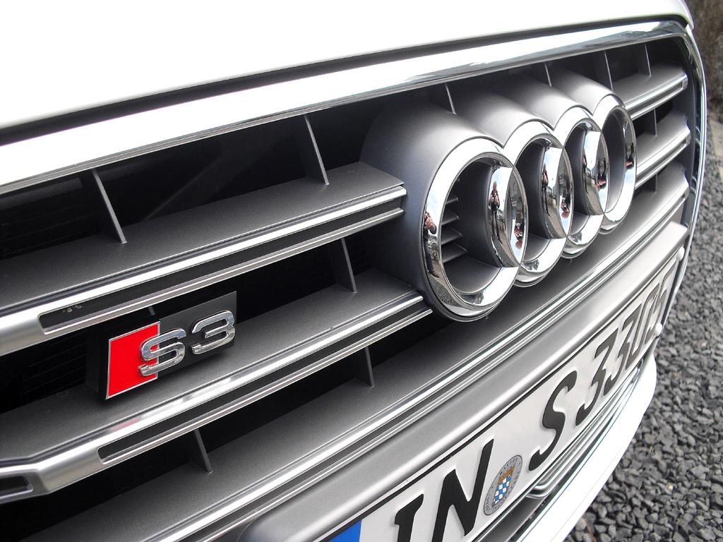 Audi S3: Modellschriftzug und Markenlogo sitzen vorn im Kühlergrill.
