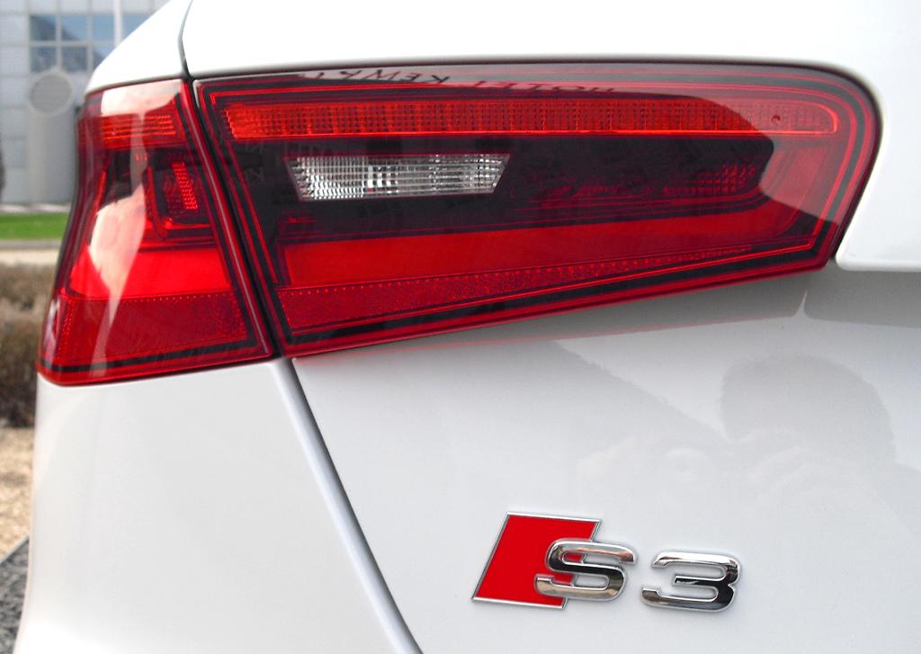 Audi S3: Moderne Leuchteinheit hinten mit Modellschriftzug.