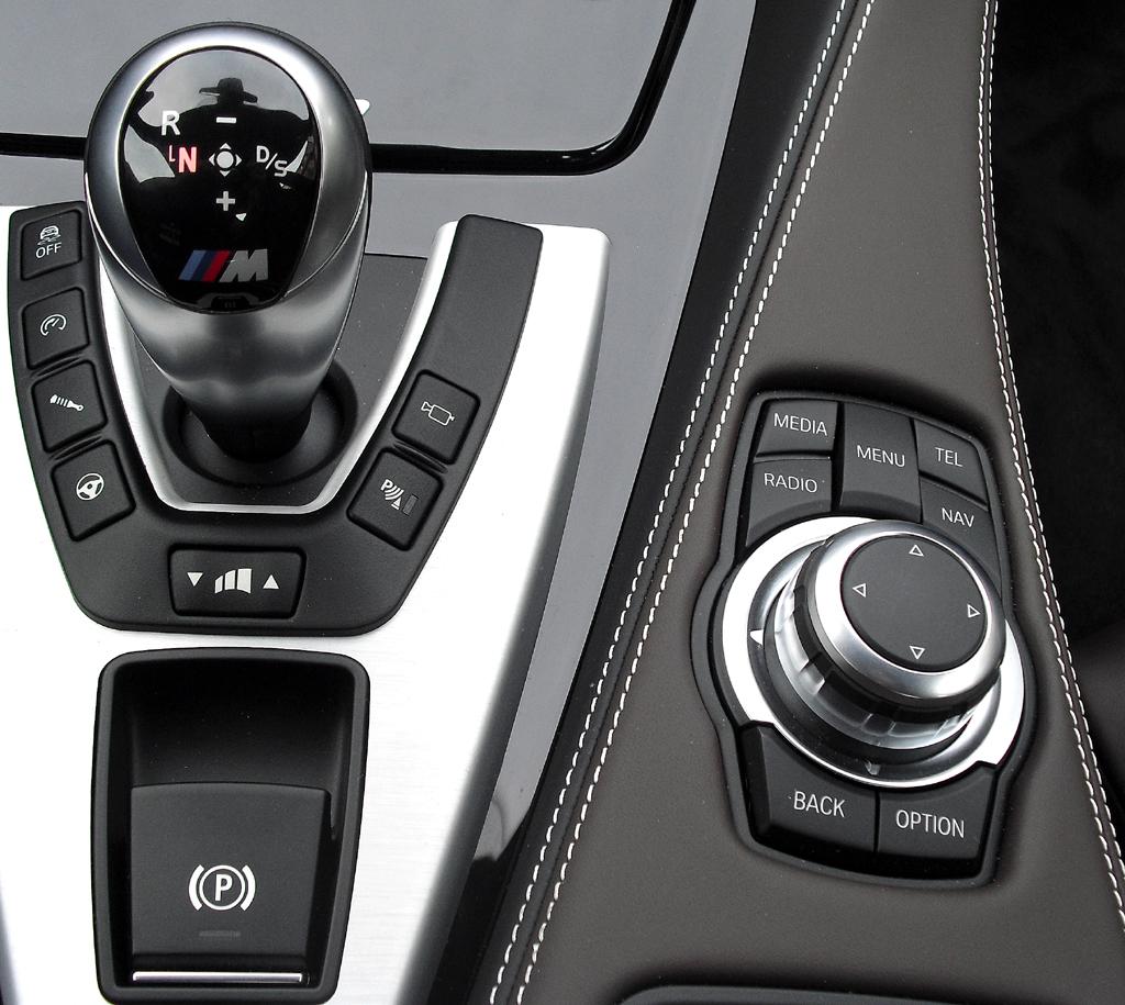 BMW M6 Gran Coupé: Blick auf die Bedieneinheit mit Getriebewählhebel und Controller.