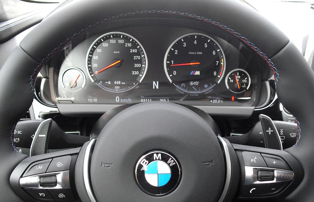 BMW M6 Gran Coupé: Blick durch den Lenkradkranz auf die Rundinstrumentierung.
