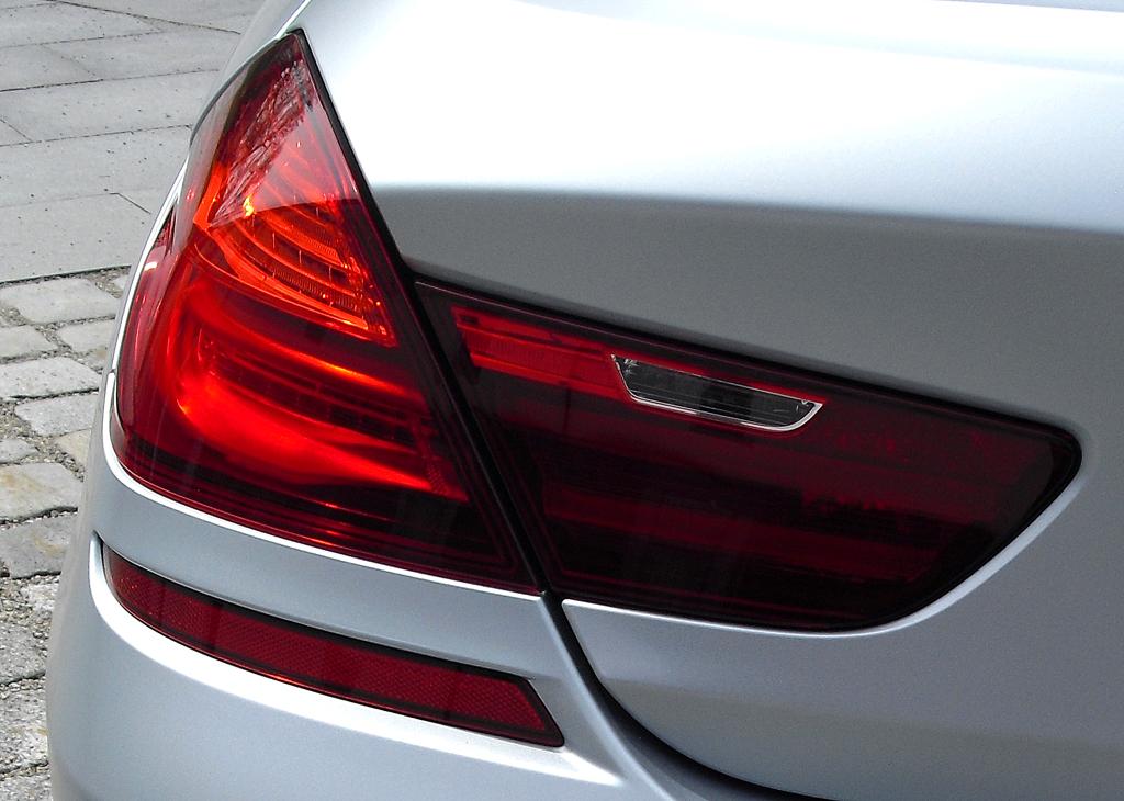 BMW M6 Gran Coupé: Moderne Leuchteinheit hinten und Doppelendrohr-Auspuff links.