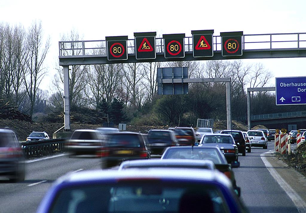 Bußgeld droht nicht nur bei zu schneller Geschwindigkeit auf Autobahnen.