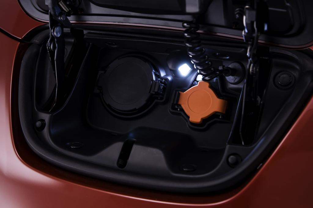 Die Spannung bleibt: der Nissan Leaf, hier die Ladebuchse