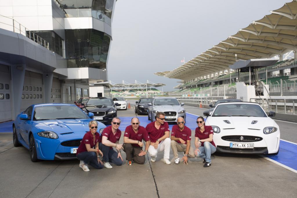 Die glücklichen Gewinner, unter ihnen Detlef Schulz (dritter von links),  mit dem Jaguar XKR-S Coupe auf der Formel1-Strecke von