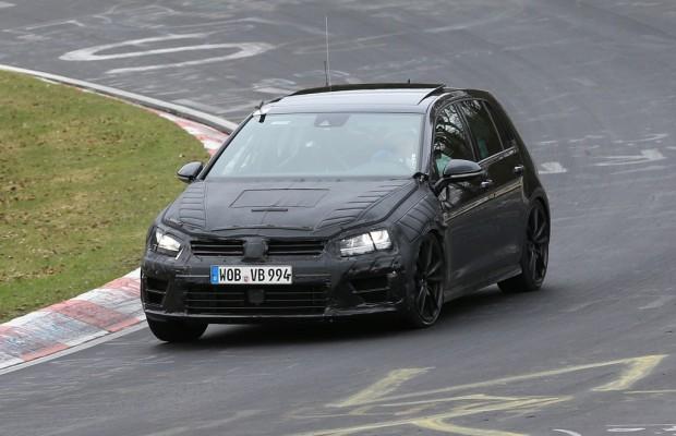 Erwischt: Erlkönig des neuen VW Golf R bei ersten Renntests gesichtet