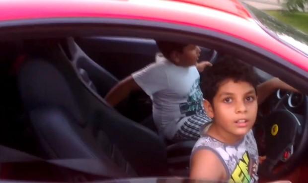 Kids im Ferrari - Bild: Youtube