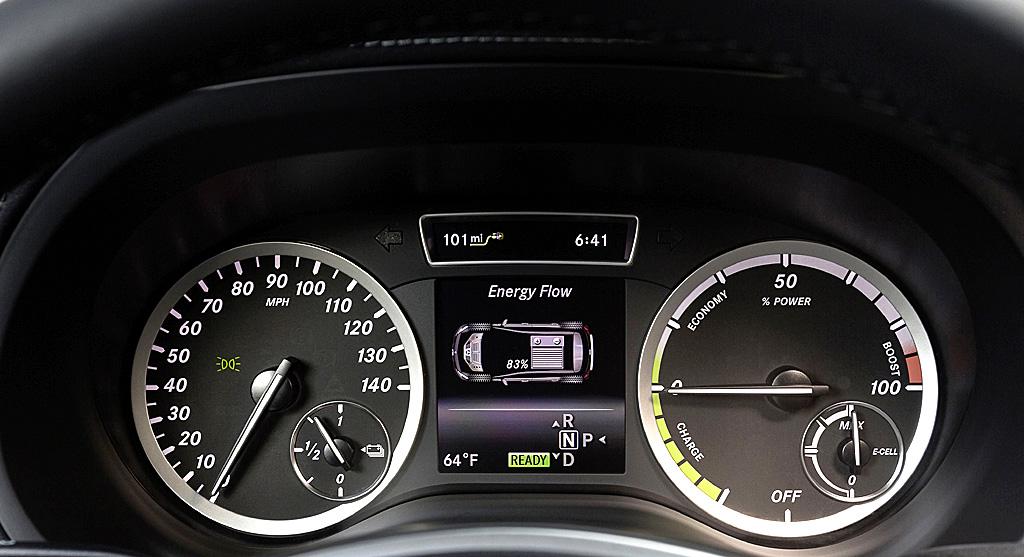 Mercedes B-Klasse Electric Drive: Blick durch den Lenkradkranz auf die Rundinstrumentierung.