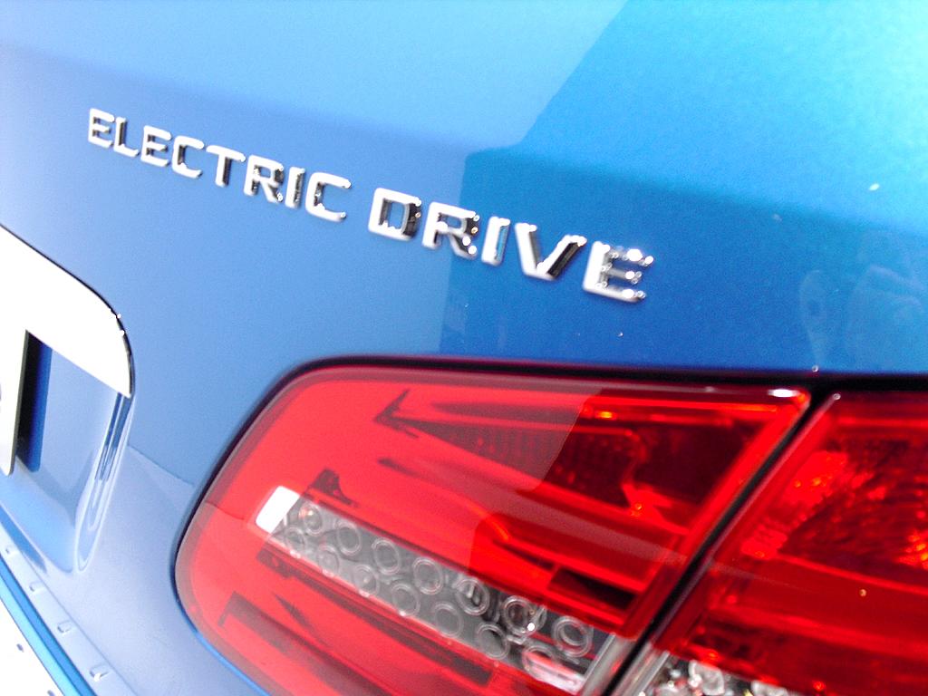 Mercedes B-Klasse Electric Drive: Großformatige Leuchteinheit hinten mit Motorisierungsschriftzug.