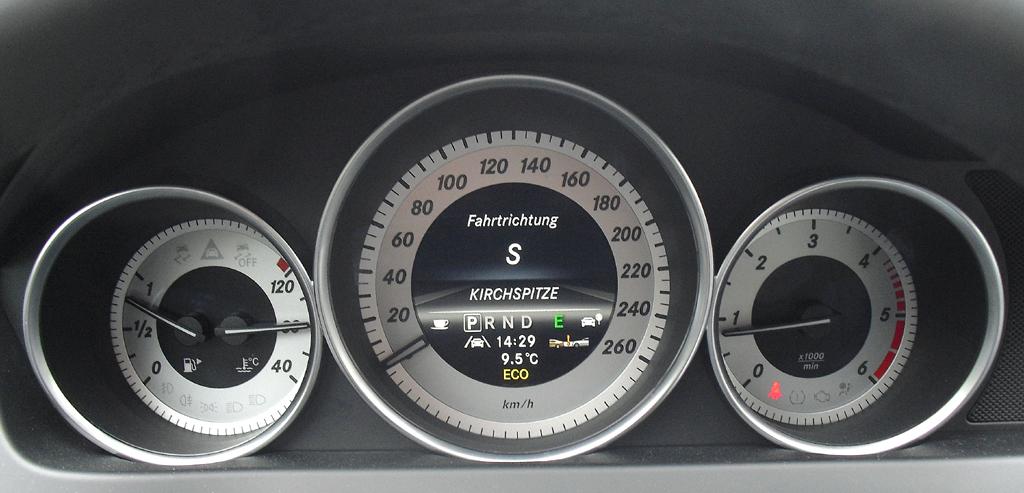 Mercedes C 250 CDI 4Matic: Blick durch den Lenkradkranz auf die Rundinstrumentierung.