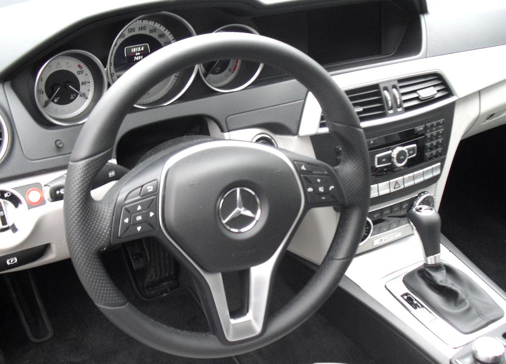 Mercedes C 250 CDI 4Matic: Blick ins recht übersichtlich gestaltete Cockpit.