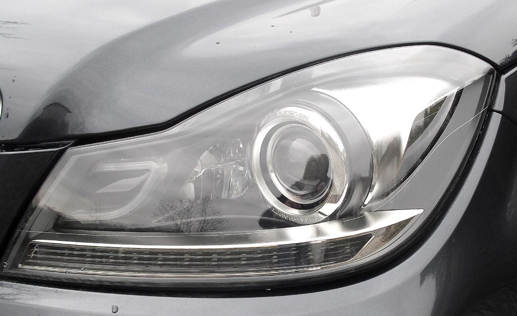 Mercedes C 250 CDI 4Matic: Moderne Leuchteinheit vorn.