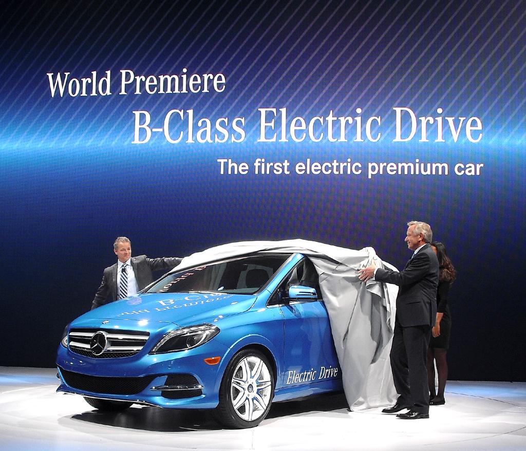 Mercedes-USA-Boss Stephen Cannon (links) und Verkaufschef Joachim Schmidt enthüllen bei der Autoschau in New York die neue B-Klasse Electric Drive.