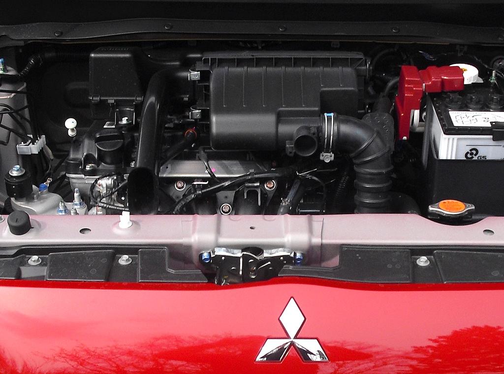 Mitsubishi Space Star: Blick auf den 1,2-Liter-Benziner.