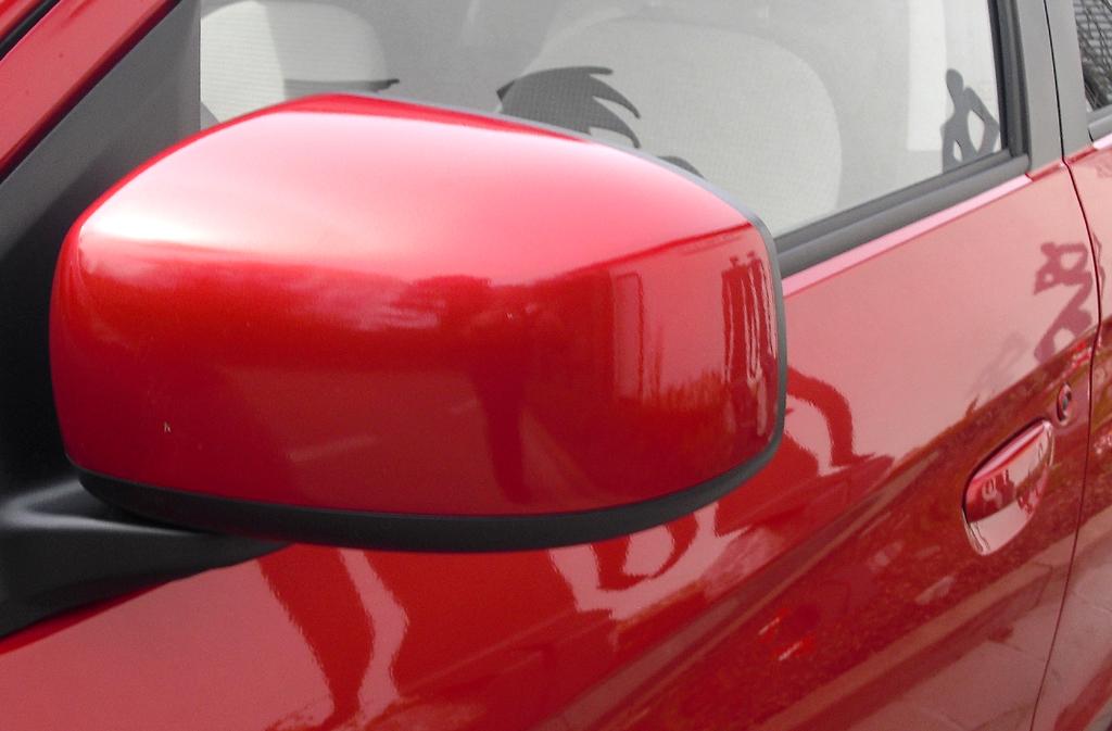 Mitsubishi Space Star: Blick auf den Außenspiegel auf der Fahrerseite.