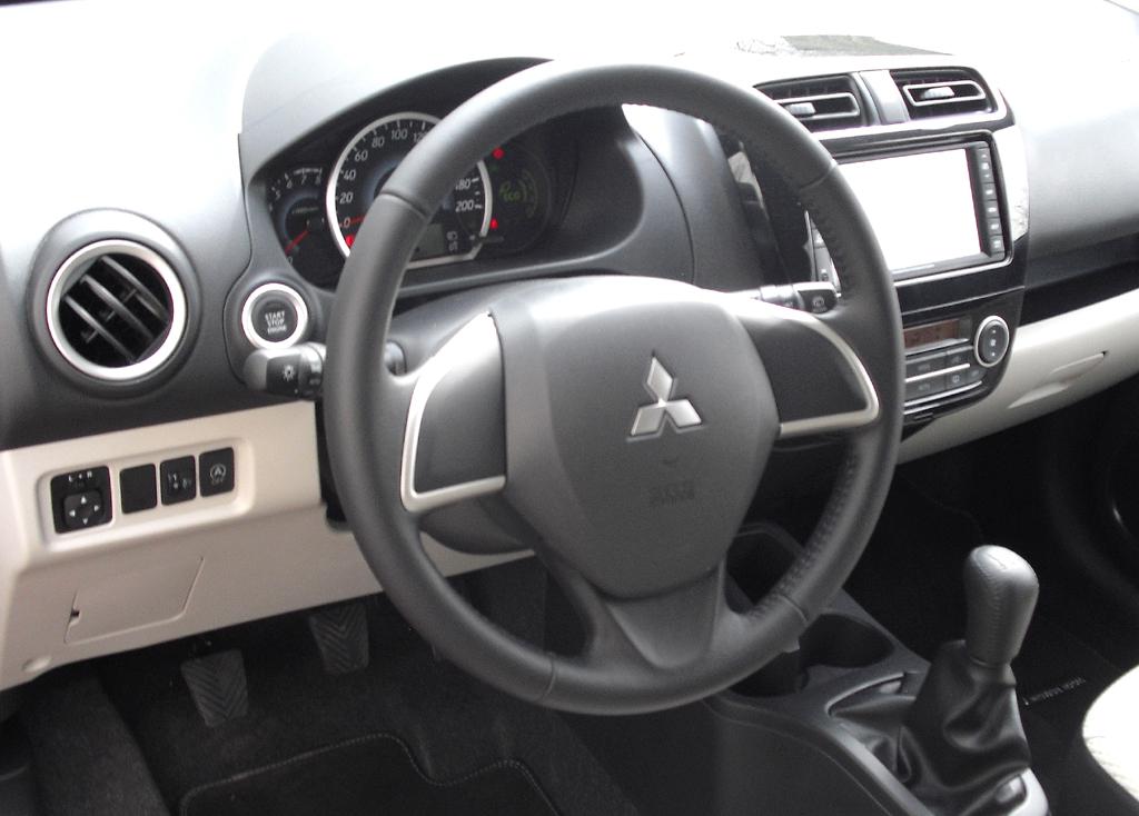 Mitsubishi Space Star: Blick ins übersichtliche, weil einfach gestaltete Cockpit.
