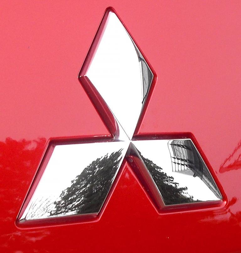 Mitsubishi Space Star: Das Markenlogo sitzt vorn unterhalb der Motorhaube.