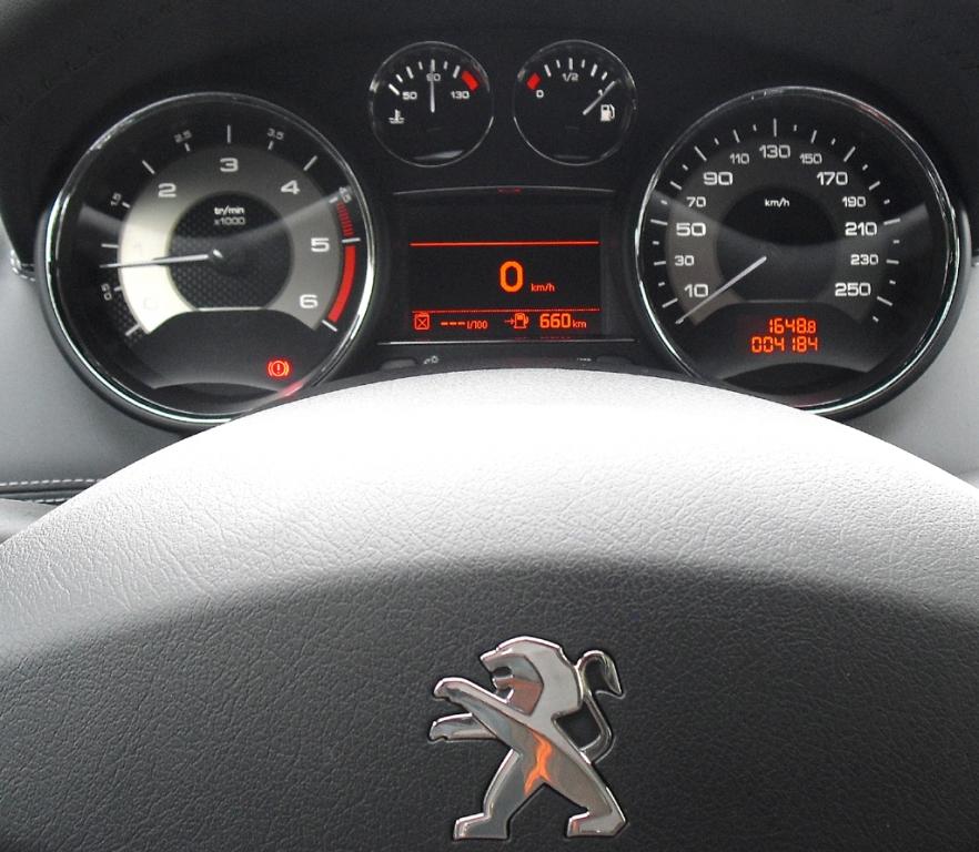 Peugeot RCZ: Blick durch den Lenkradkranz auf die Rundinstrumentierung.