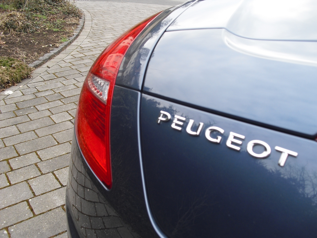 Peugeot RCZ: Moderne Leuchteinheit hinten mit Markenschriftzug.