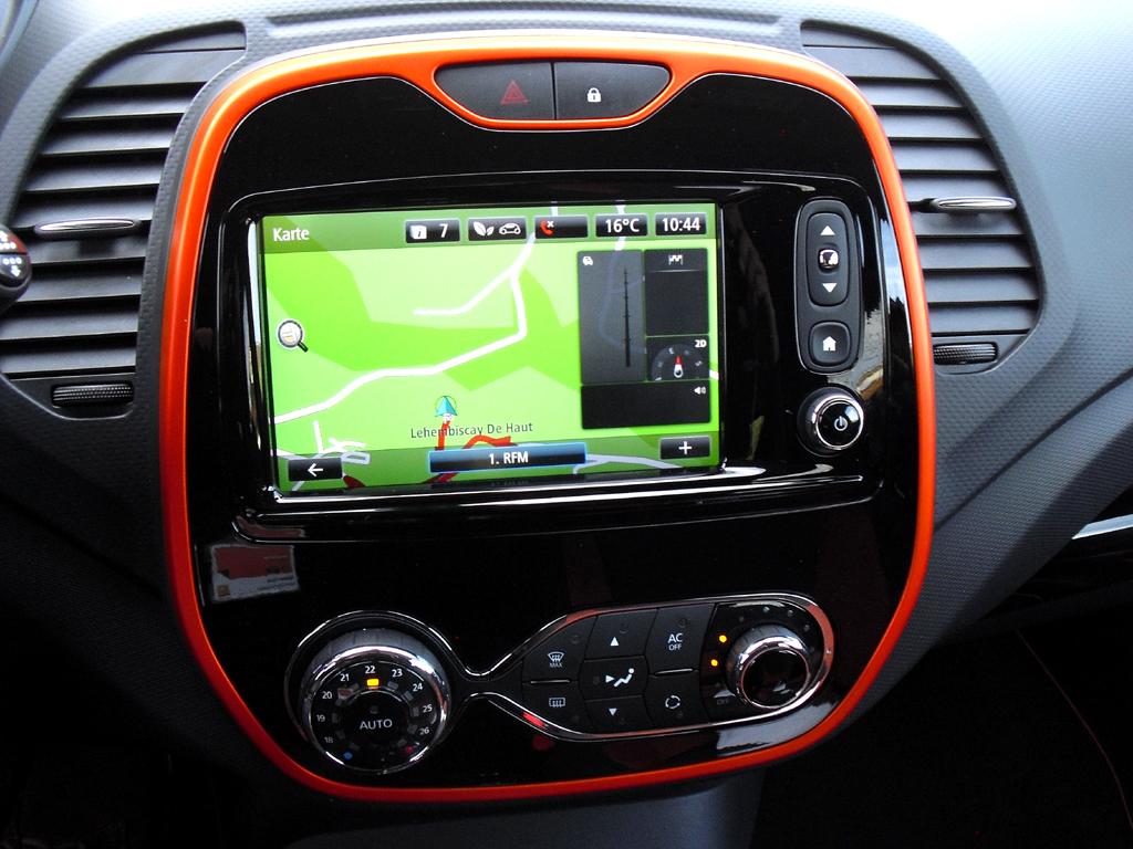 Renault Captur: Blick auf die Bedieneinheit mit Navigation im mittleren Armaturenträger.