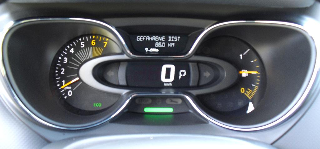 Renault Captur: Blick durch den Lenkradkranz auf die Rund- und Querinstrumentierung.