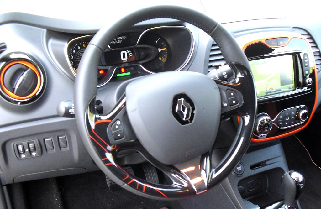 Renault Captur: Blick ins noch recht übersichtlich gestaltete Cockpit.