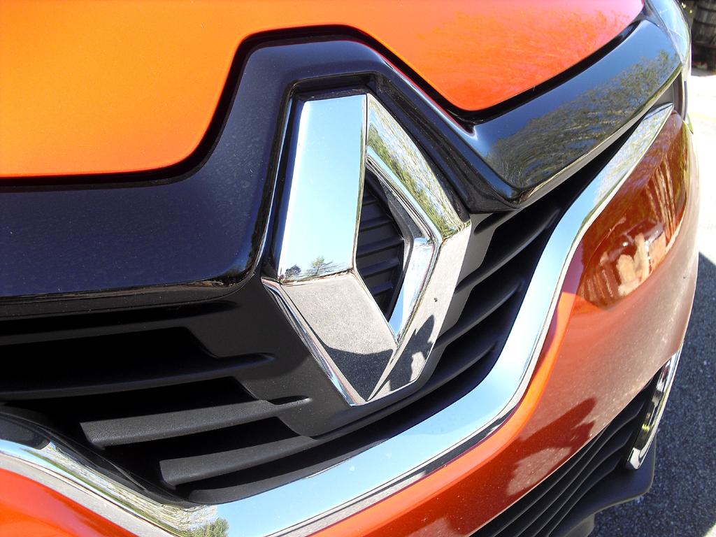 Renault Captur: Der Markenrhombus prangt vorn großformatig im Kühlergrill.