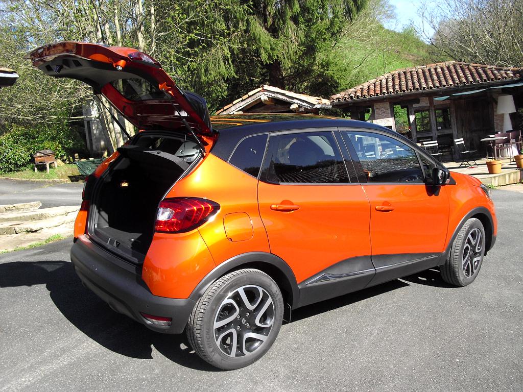 Renault Captur: Ins Gepäckabteil passen 377 bis 1235 Liter hinein.