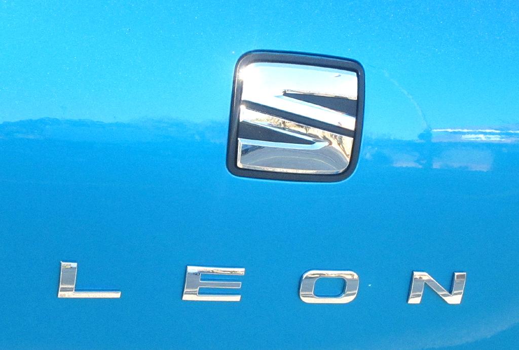 Seat León SC: Markenlogo und Modellschriftzug auf der Heckklappe.