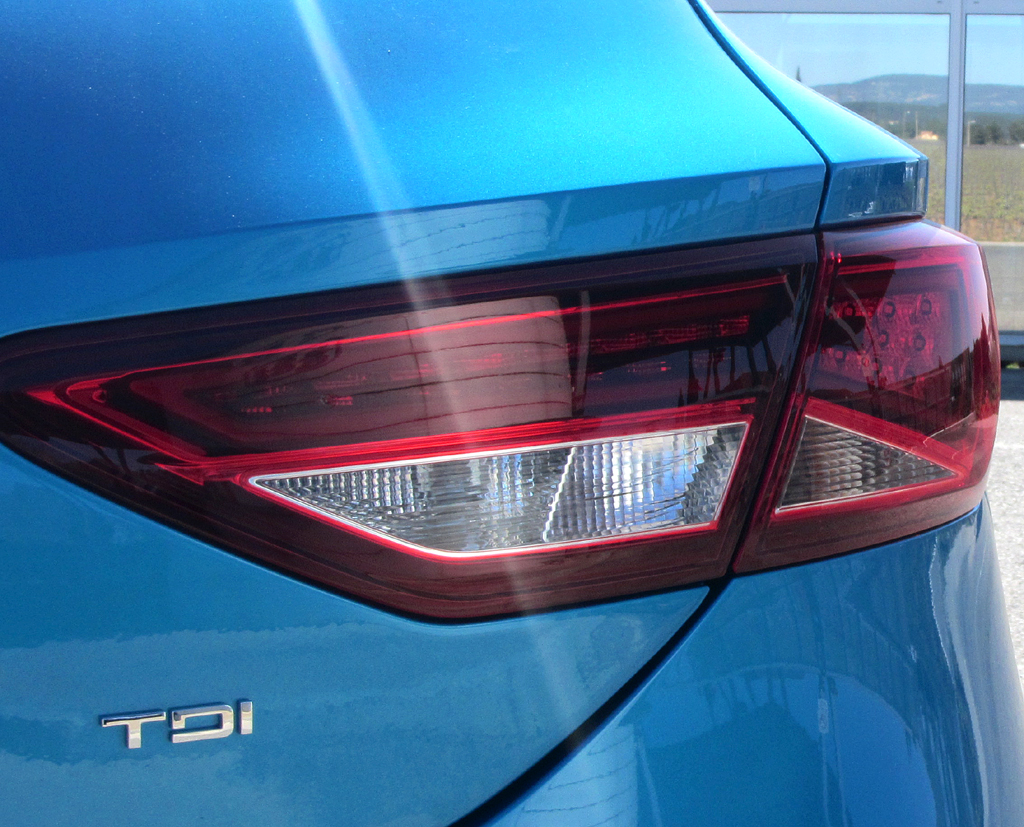 Seat León SC: Moderne Leuchteinheit hinten mit Motorisierungsschriftzug, hier Diesel.