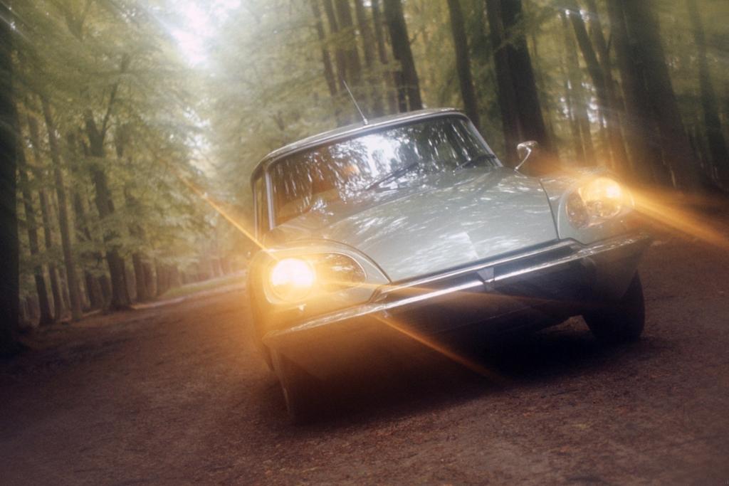 Tradition: 100 Jahre elektrische Autoscheinwerfer - Von der Kerzenlampe zum Kurvenlicht