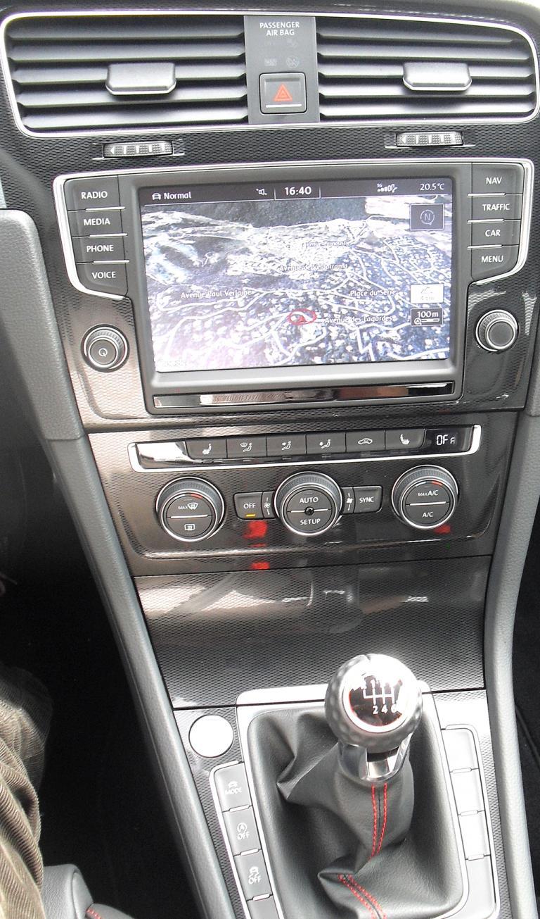 VW Golf GTI: Blick auf den mittleren Armaturenträger.