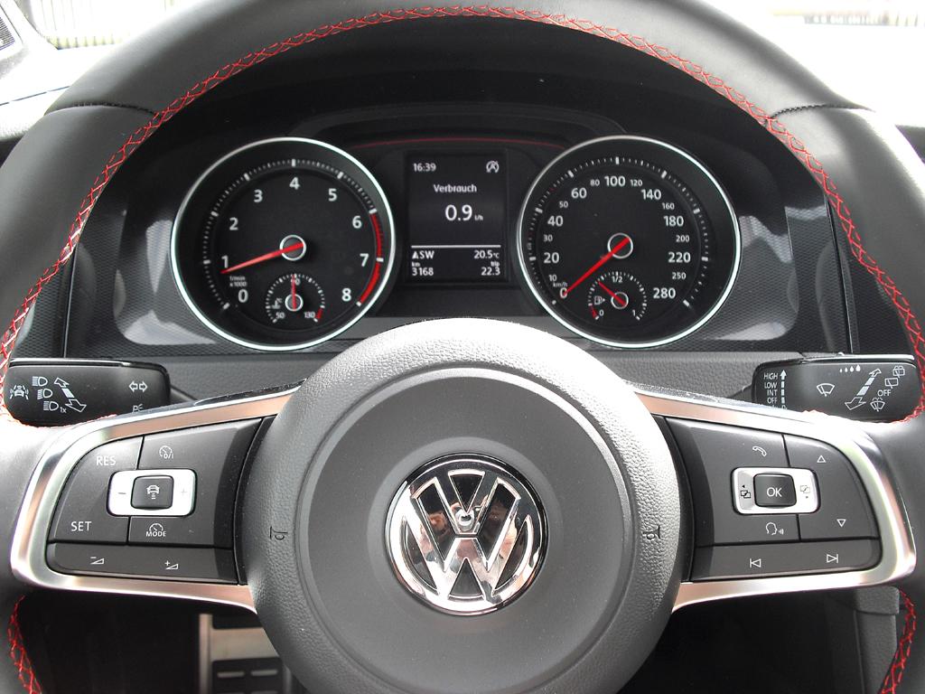 VW Golf GTI: Blick durch den Lenkradkranz auf die Rundinstrumentierung.