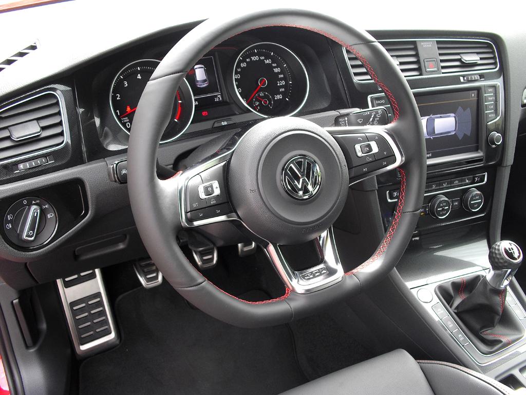 VW Golf GTI: Blick ins Cockpit. Das Lenkrad ist unten abgeflacht.