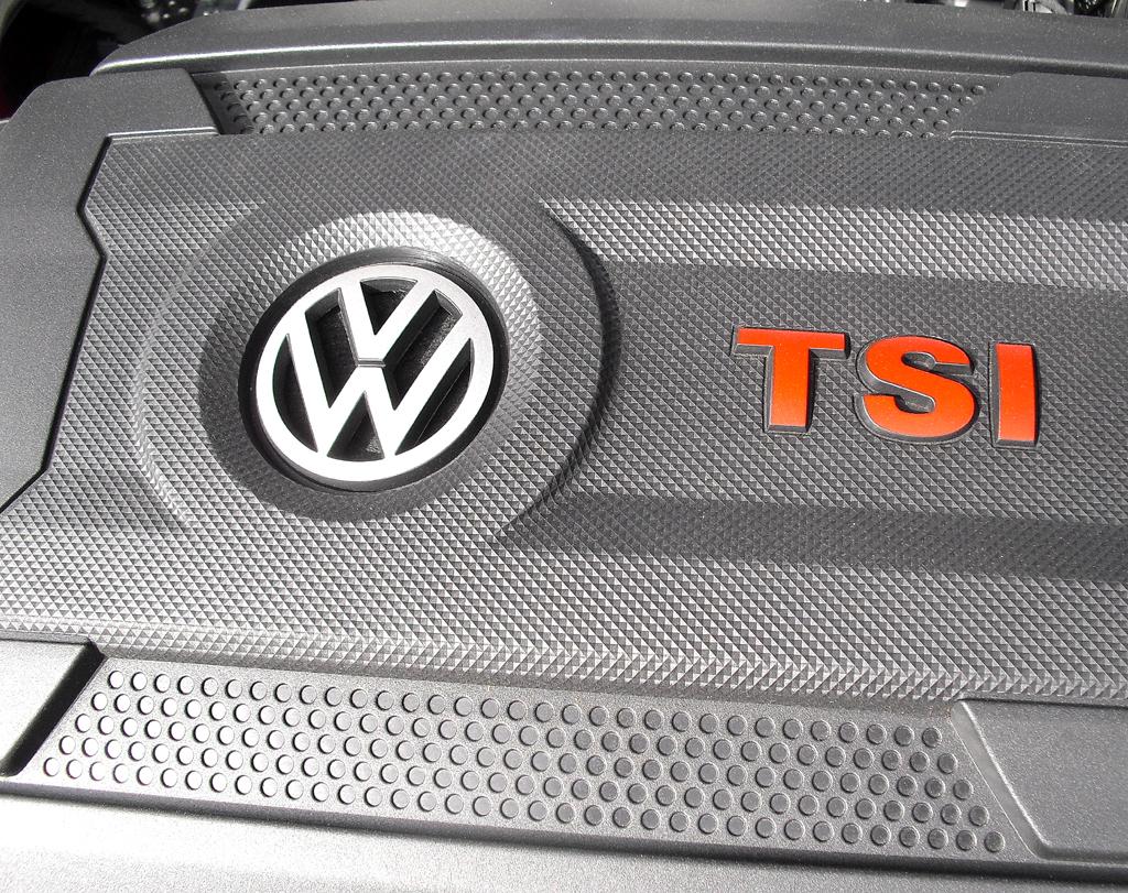 VW Golf GTI: Blick unter die Haube des Vierzylinder-Turbobenziners.