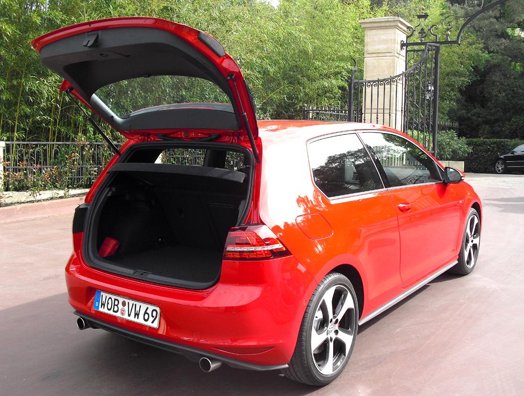 VW Golf GTI: Ins Gepäckabteil passen 380 bis 1270 Liter hinein.