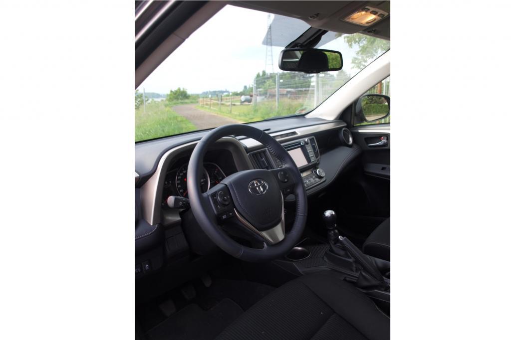 Wie ein zuvorkommender Gentleman rückt das SUV die Bedienelemente einfach etwas näher an den Fahrer an