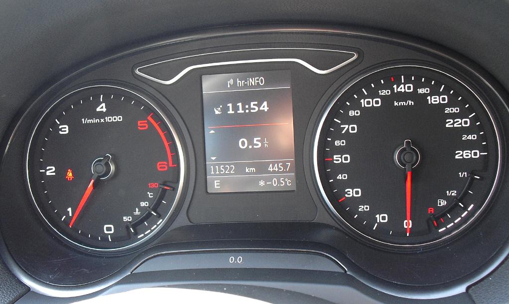 Audi A3: Blick durch den Lenkradkranz auf die Rundinstrumentierung.