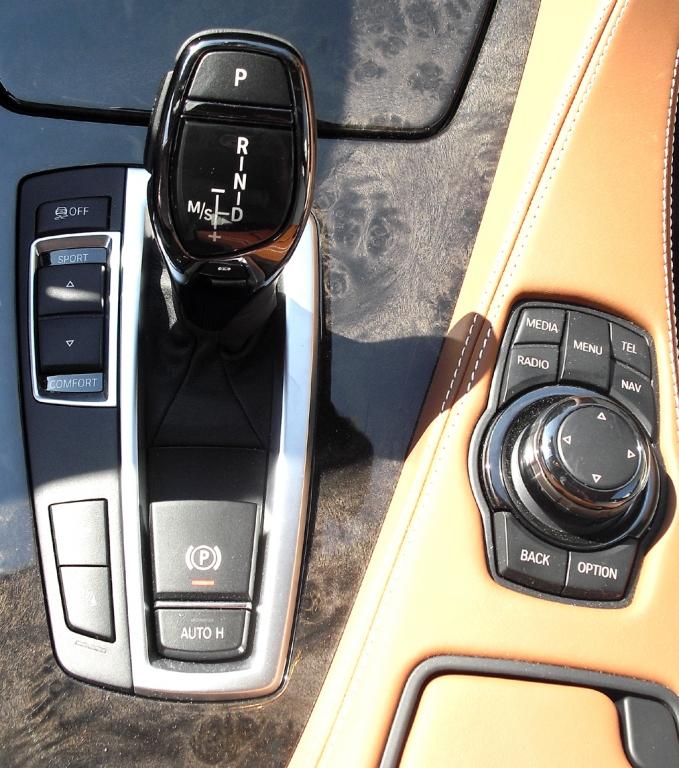 BMW 6er Gran Coupé: Blick auf die Bedieneinheit rund um Getriebewählhebel und Controler.
