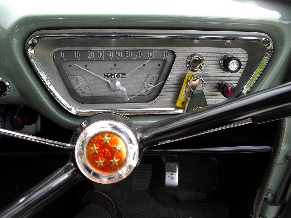Blick durch das Lenkrad auf die Instrumentierung mit dem großen Quertacho.