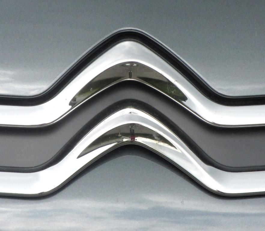 Citroën C3: Der Marken-Doppelwinkel ist vorn in einer Chromspange ausgeprägt.